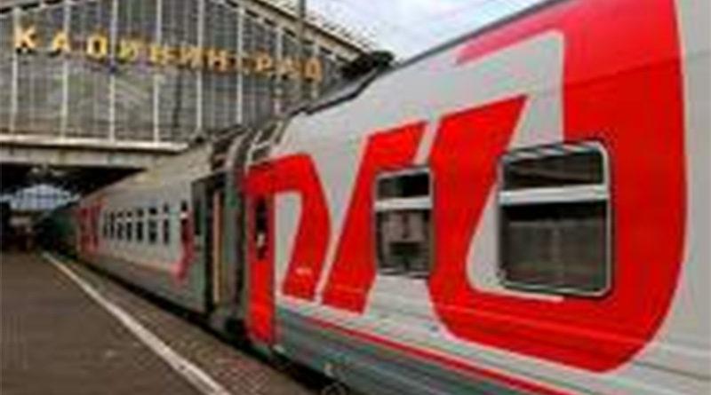 Passagierzug am Bahnsteig von Südbahnhof Kaliningrad